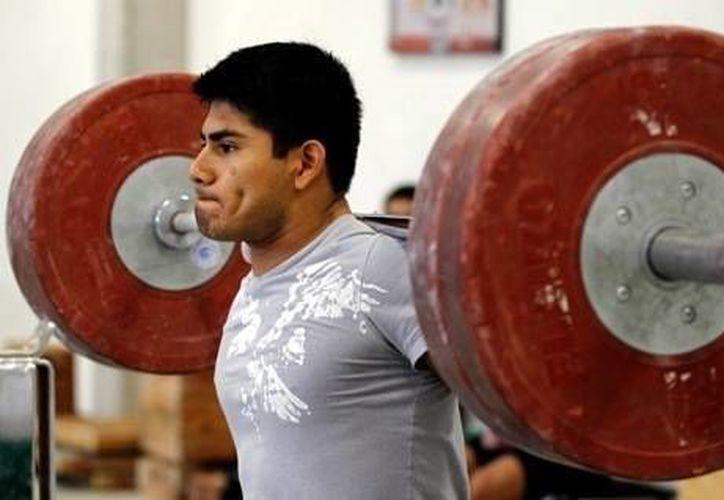 El yucateco Lino Montes, quien ocupó el sexto sitio en pesas en los Juegos Olímpicos de Londres 2012, tratará de calificar a Rio 2016. (Foto de archivo de Milenio Novedades)