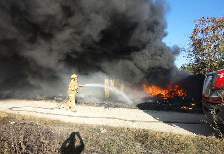 El incendio de numerosos neumáticos viejos que estaban en un terreno baldío, produjo densa humareda. (Fernando Poó/SIPSE)