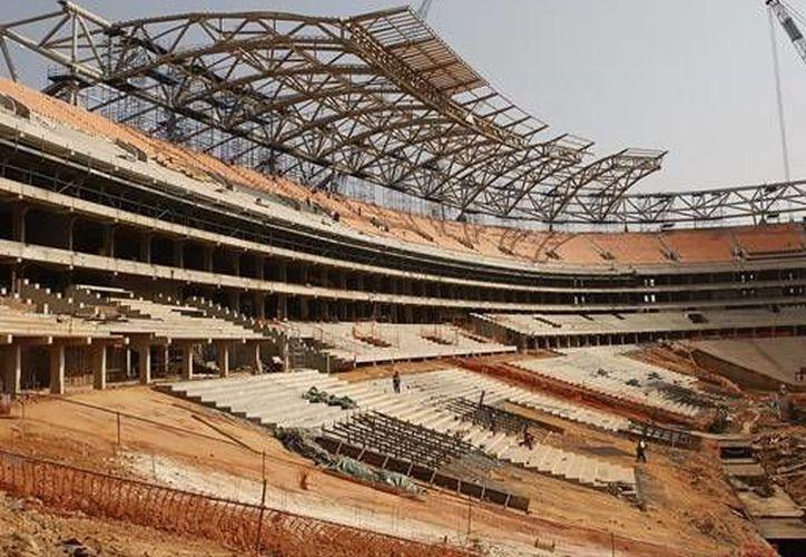 Al parecer miles de nepalíes son víctimas de la explotación laboral en construcciones de estadios. (apurosport.com)