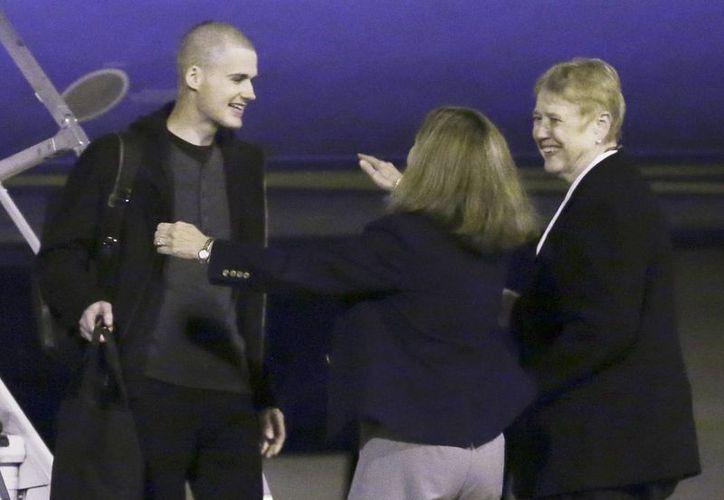 Matthew Miller, a la izquierda, que estuvo detenido en Corea del Norte desde abril de 2014, es recibido a su llegada a Estados Unidos en la base militar Lewis-McChord, Washington, EU (Agencias)
