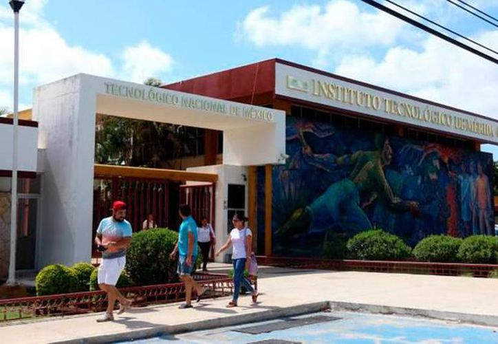 """Maestros del Instituto Tecnológico de Mérida de la sede poniente realizaron una """"huelga de brazos caídos"""" debido a la deficiencia que existe en el plantel. (Archivo/SIPSE)."""
