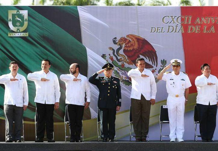 Ayer, el Gobernador Rolando Zapata encabezó los actos conmemorativos del Día de la Bandera. (Cortesía)