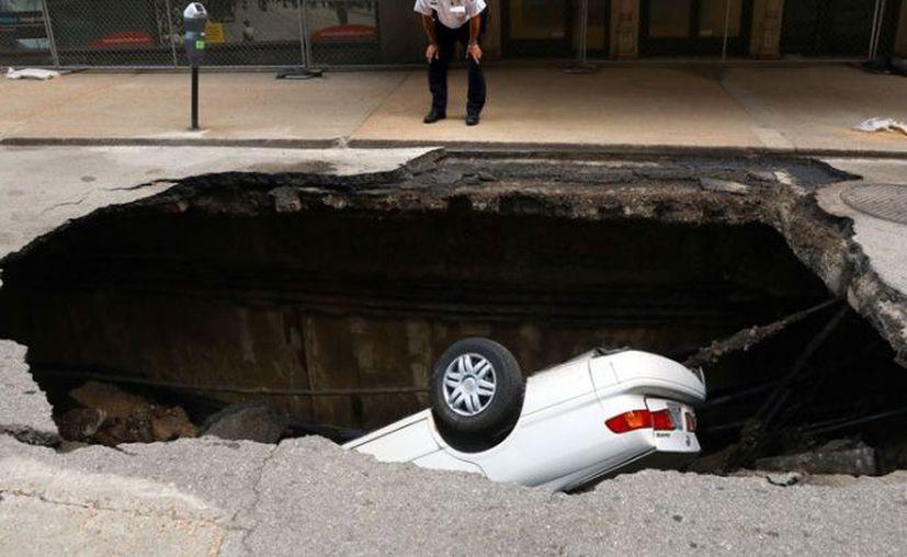 El hoyo se registró debido a que se rompió una tubería principal de agua.  (Foto: Milenio)