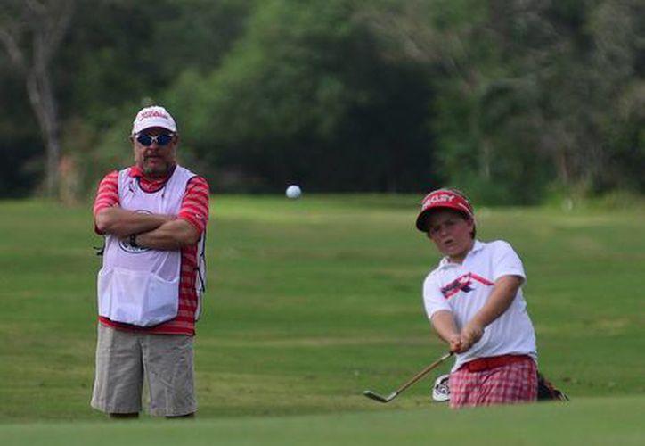 Manuel Barbachano hace un lanzamiento mientras es observado por su padre. (Milenio Novedades)