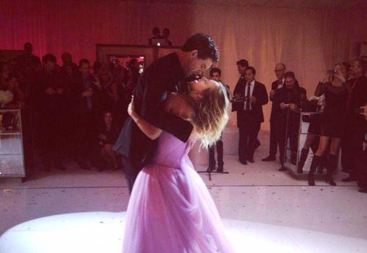 La actriz se vistió totalmente de rosa para la boda. (@KaleyCuoco)