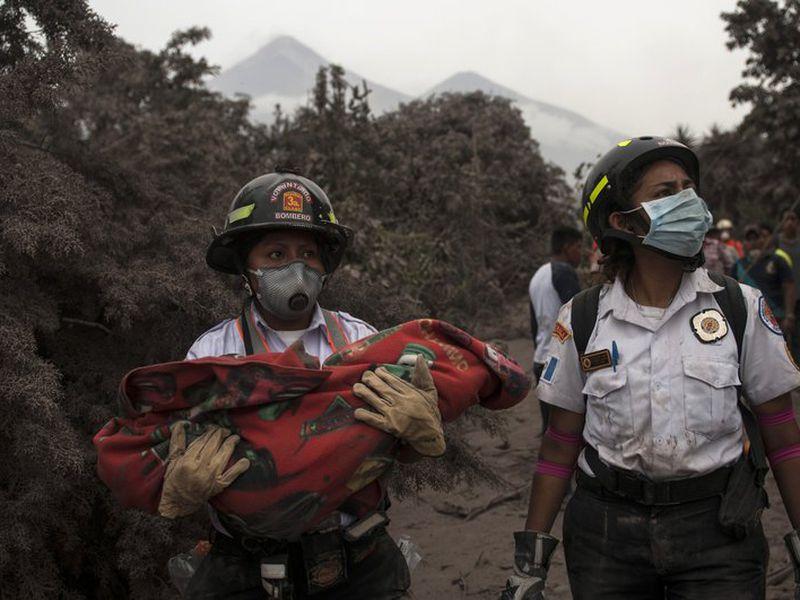 Rescatistas en la zona más afectada tras la erupción del volcán de Fuego. (AP)