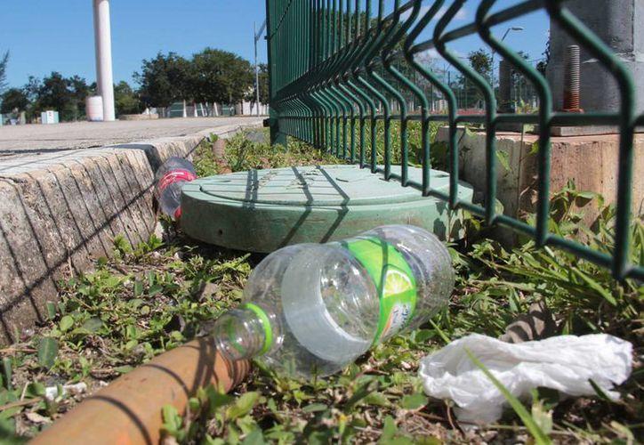 En el espacio deportivo se encontró basura en diferentes áreas. (Gustavo Villegas/SIPSE)