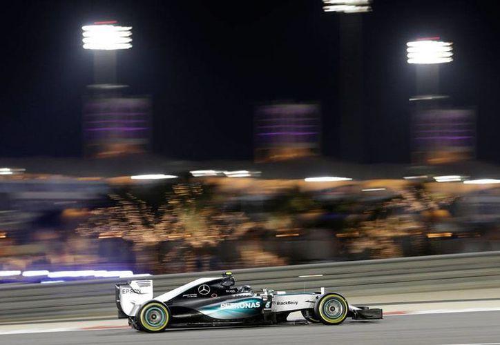 Nico Rosberg fue el más rápido de las práctica de Bahrein de Fórmula 1. (AP)