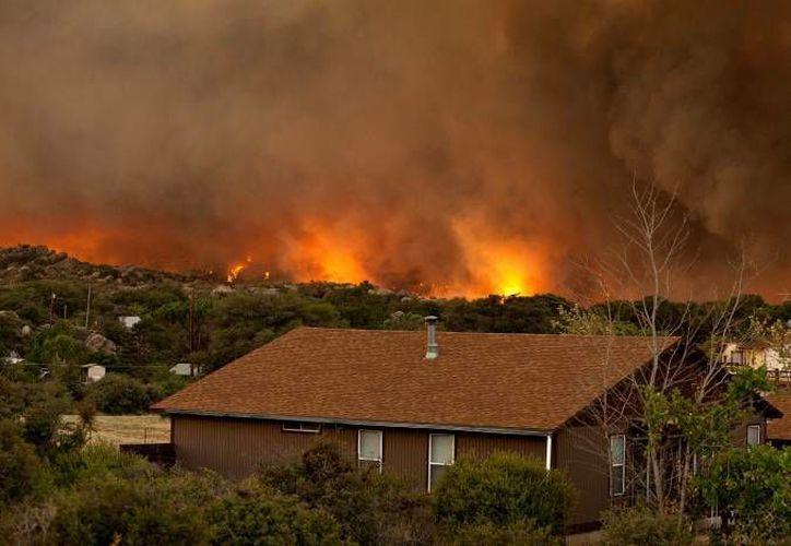 Las altas temperaturas en el sur de EU han derivado recientemente en grandes incendios como el que se ve en la gráfica, ocurrido en Arizona el 1 de julio. (Agencias)