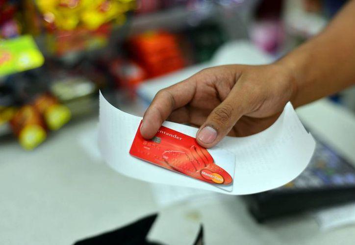 La recomendación principal de Condusef a usuarios de tarjetas de crédito es no perder de vista las tarjetas al momento de realizar sus pagos y conservar los comprobantes. (SIPSE/Foto de contexto)