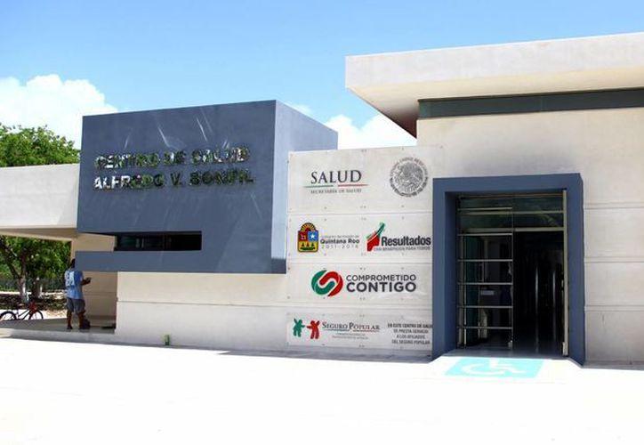 Personal de la Jurisdicción Sanitaria No. 2 laboraba en los últimos detalles de la instalación del equipo médico. (Sergio Orozco/SIPSE)