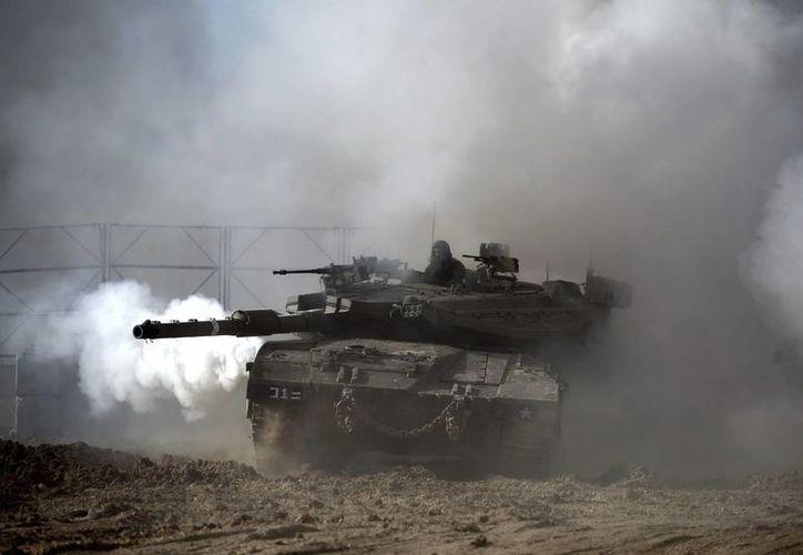 Un tanque israelí circula cerca de la frontera con Gaza. (EFE)