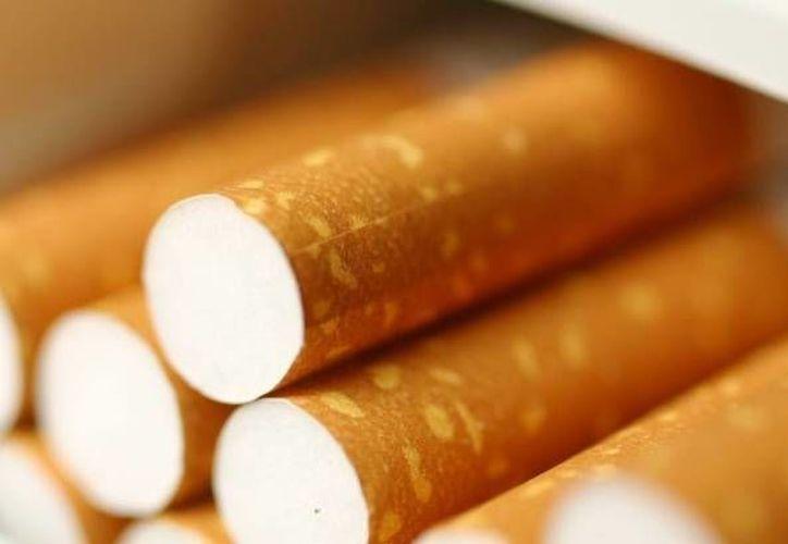 Los cigarros ilegales pueden llegar a contener residuos de pasto, alfombra y plástico. (Foto de Contexto/Internet)