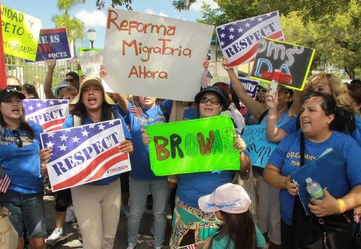 Cientos de inmigrantes durante la caminata por la Reforma Migratoria Integral, Camino a la Ciudadanía y la Unidad Familia, en Miami. (Notimex)