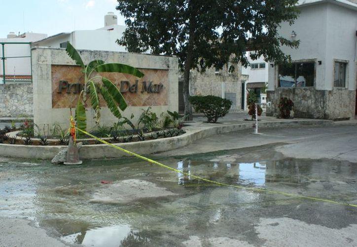 Continúa el problema del drenaje, se instalará una barricada en la fuga que hay. (Alida Martínez/SIPSE)