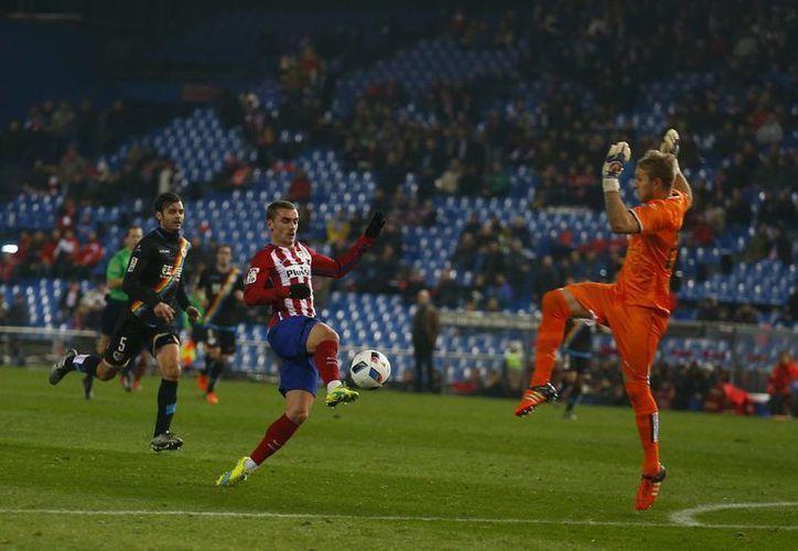 Antoine Griezmann en una de las dos anotaciones con las que colaboró para que el Atlético de Madrid venciera a Rayo Vallecano por marcador de 3-0, en la Copa del Rey. (AP)