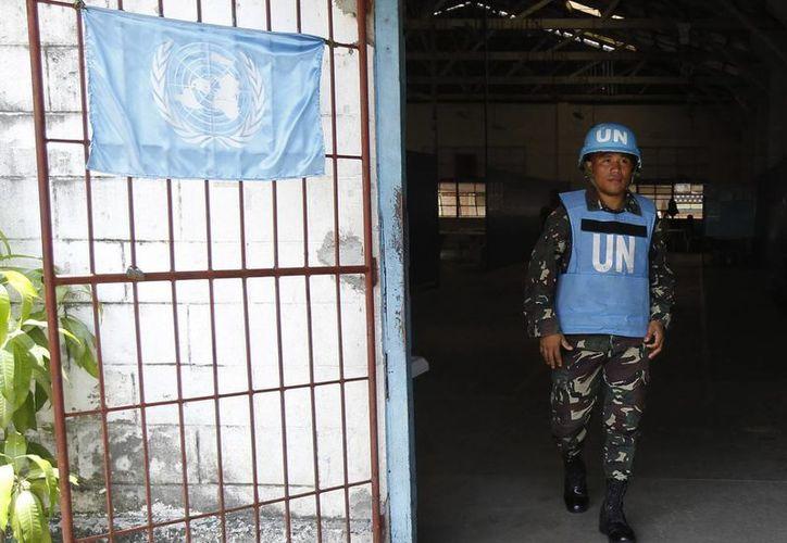 Soldado filipino de los Cascos Azules de la ONU es fotografiado en un campo militar en Quezón, Filipinas. (EFE/Archivo)