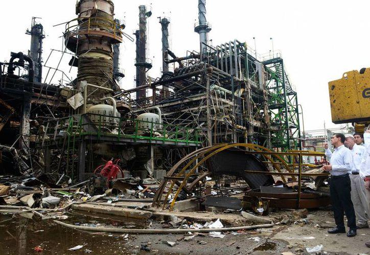 Imagen de la visita del presidente Enrique Peña Nieto a la Planta Clorados III del Complejo Petroquímico Pajaritos de Pemex, días después de la explosión ocurrida el 20 de abril de 2016. (gob.mx)