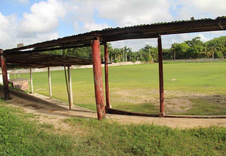 Son evidentes los daños que tiene el estadio, pues las bancas están destruidas, también las lámparas y se robaron el cableado. (Carlos Castillo/SIPSE)