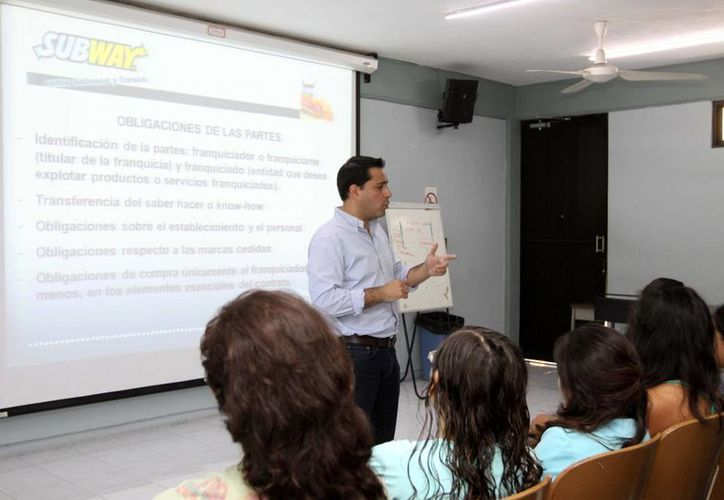 El diputado Mauricio Vila Dosal durante la plática ante estudiantes de la Facultad de Contaduría y Administración de la Uady. (Cortesía)
