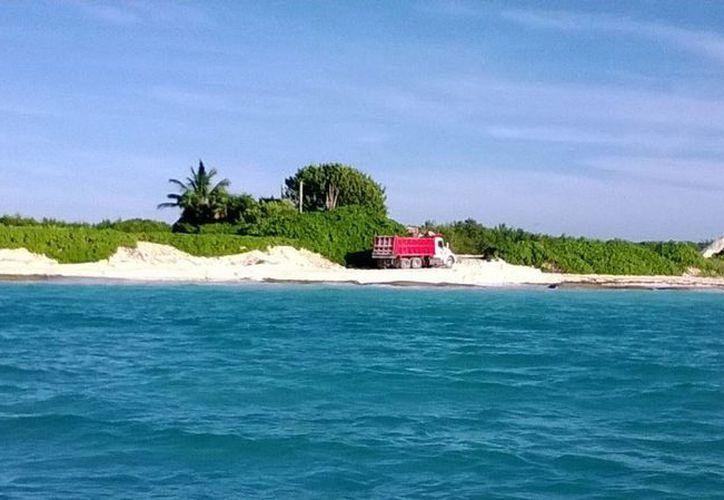 Prestadores de servicios acuáticos advirtieron sobre las labores de recuperación de arenales que se realizan en las playas del hotel Mayakoba.  (Cortesía)