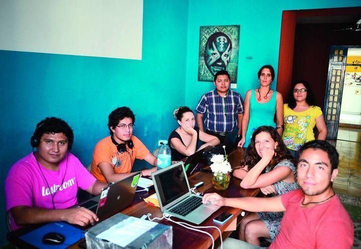 Actualmente, el coworking es replicado en numerosos países del mundo y estados de México. En la imagen, grupo de emprendedores yucatecos que comparten el mismo lugar para trabajar. (Milenio Novedades)