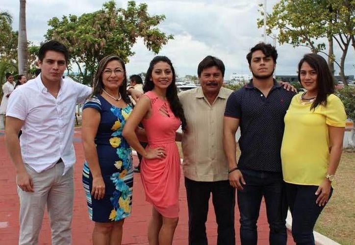 La joven Addy Velázquez Sosa con su familia. (Óscar Pérez/SIPSE)