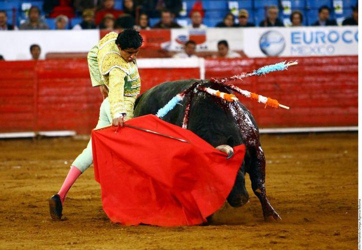 El diestro tlaxcalteca salió en hombros de la plaza taurina más importante de México. (Reforma)