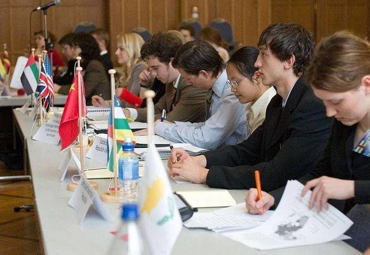 El evento del Smmun se llevará a cabo del 9 al 14 de mayo en Mérida. Imagen de un debate simulado de jóvenes bachilleres. (Milenio Novedades)