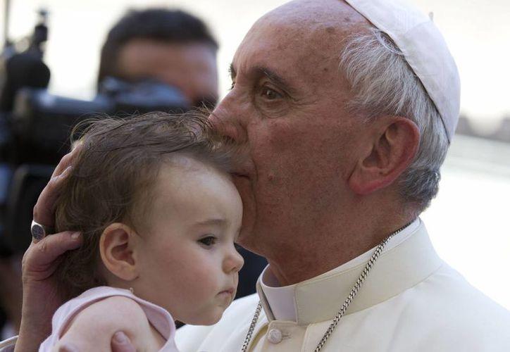 El Papa Francisco besa a un niño al final de la audiencia general de este miércoles en la Plaza de San Pedro en el Vaticano. (Agencias)
