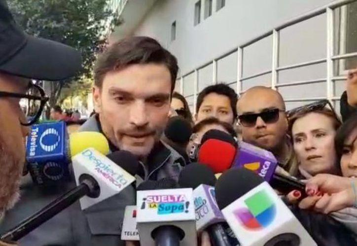 Julian Gil también llegó al lugar y respondió algunas preguntas de los medios. (Contexto)