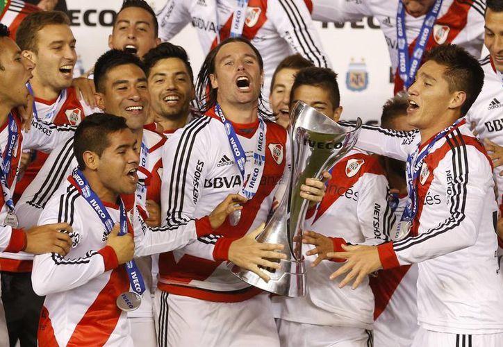 Cavenaghi sostiene la Copa de la Liga de Argentina. (Foto: AP)