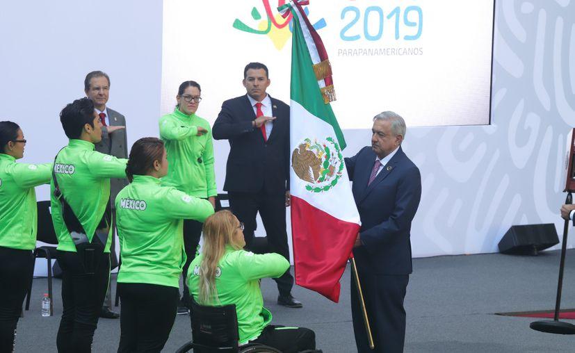 l presidente Andrés Manuel López Obrador abanderó este martes a la delegación de 184 deportistas que participarán en los Juegos parapanamericanos Lima 2019. (Imagen de Notimex)