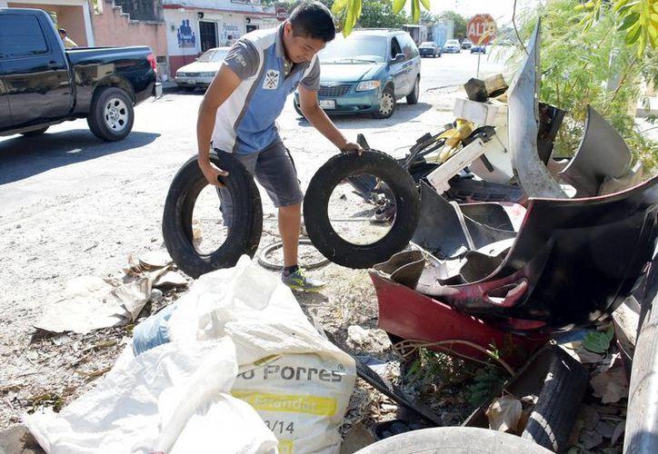 Los vecinos participaron activamente sacando los cacharros de sus viviendas. (Milenio Novedades)