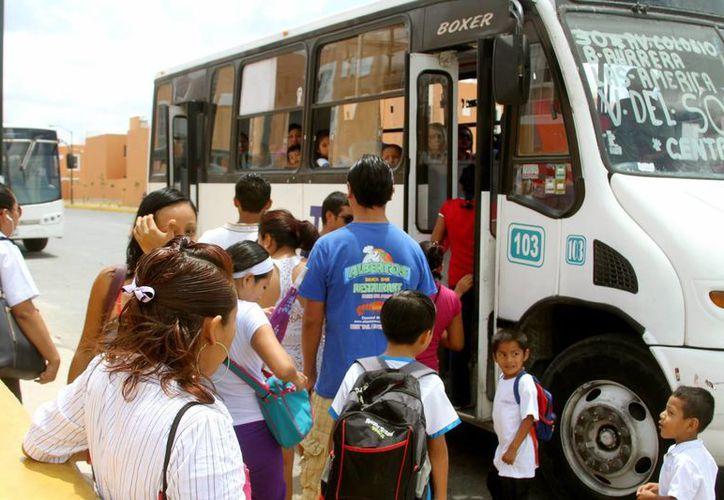 Para muchos habitantes de la colonia Villas del Sol es muy complicado transportarse en las mañanas a la escuela o al trabajo, debido a que las unidades se ocupan totalmente desde paradas anteriores. (Nazly Cen/SIPSE)