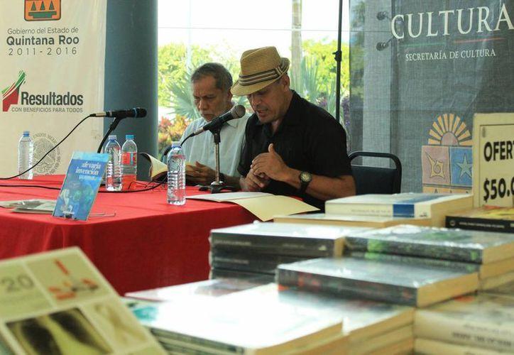 El público que se presentó en el lobby del recinto teatral, al término de la presentación se dio la oportunidad de conversar con el poeta y adquirir el libro. (Octavio Martínez/SIPSE)