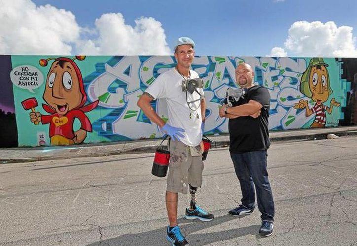 Luis Berros y Jorge Cuartas dieron vida al mural dedicado a Chespirito en la vía más importante de Miami. (elnuevoherald.com)