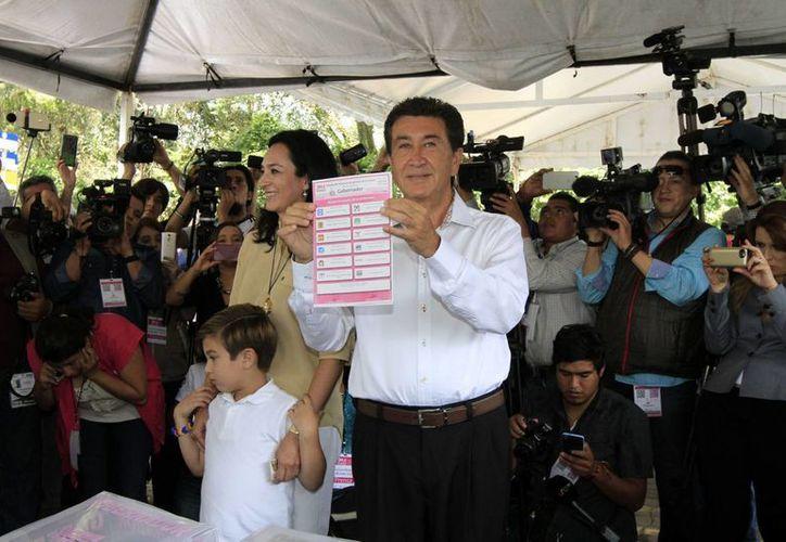El candidato de la coalición Para Mejorar Veracruz, Héctor Yunes Landa, emitió su voto en el marco de la jornada electoral de este domingo.  (Notimex)