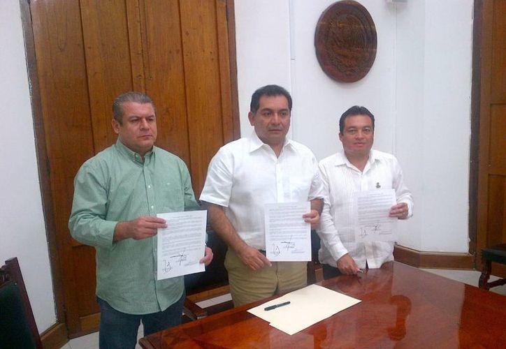 El Gobierno del Estado también logró acuerdos con el SNTE. En la imagen, Alfredo Zmery de Alba, de la Sección 33 (i), Víctor Caballero Durán, secretario de Gobierno (c), y Ángel Burgos Narváez, de la Sección 57. (Milenio Novedades)