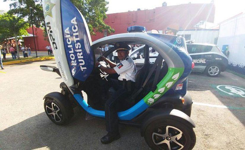 Imagen de una las patrullas eléctricas entregadas por Mauricio Vila a elementos de la Policía turística de Mérida. (Milenio Novedades)