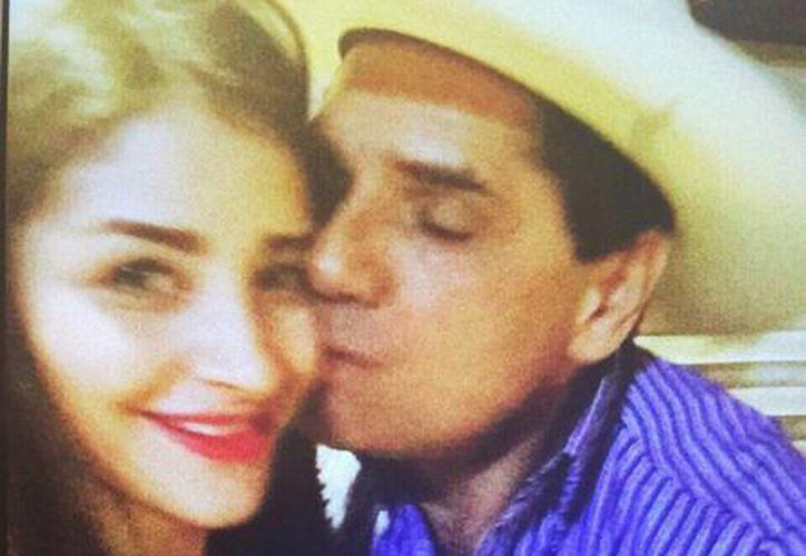 Fotografía que circula en redes sociales de Silvano Aureoles y Brenda Landa Ruiz, quien está acusada de secuestro en varios estados. (radioformula.com.mx)