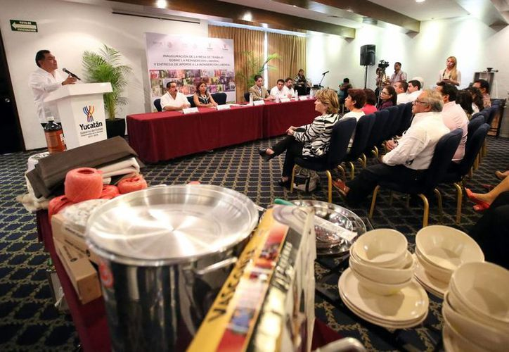 Víctor Caballero, secretario general de Gobierno, durante la entrega de insumos como parte del Programa de Reinserción Social de Yucatán. (Milenio Novedades)