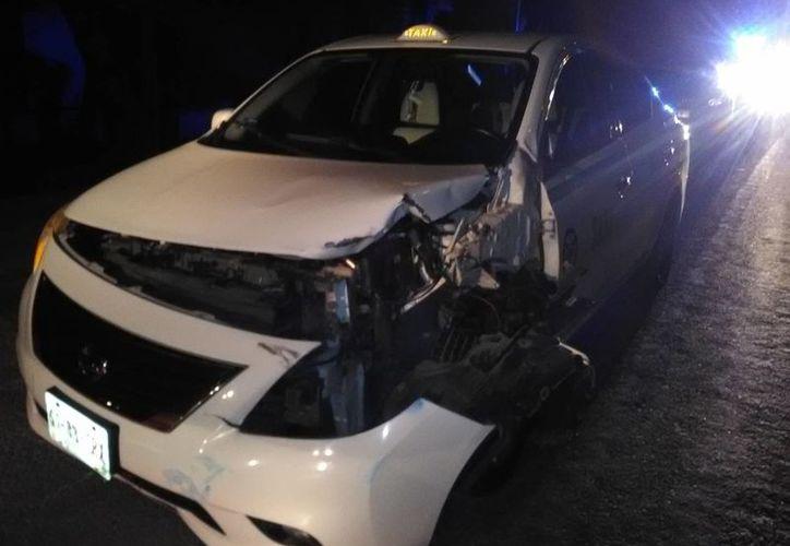 El taxi que fue abandonado por el conductor. (Redacción)