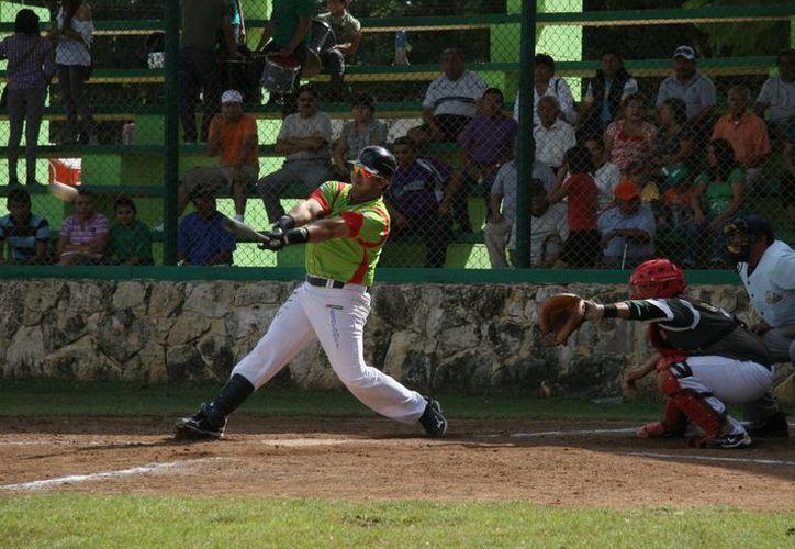 El cierre de la primera vuelta del Campeonato de Softbol de Veteranos de la colonia Santiago Cortés Sarmiento, estuvo apoyado por la afición. (Archivo SIPSE)