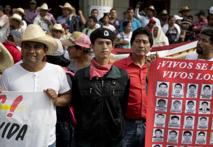 Protesta en la Ciudad de México por la desaparición de 43 estudiantes normalistas de Ayotzinapa en Iguala, Guerrero. (Foto: AP)