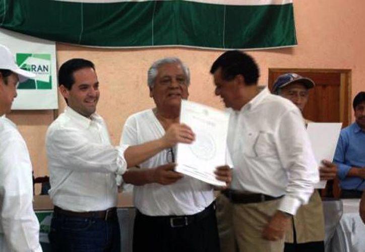 Autoridades durante la entrega de los documentos a ejidatarios. (Cortesía/SIPSE)