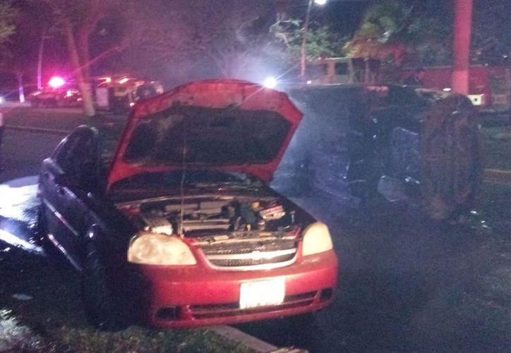 El Chevrolet Optra color rojo fue llevado al corralón. (Redacción/SIPSE)