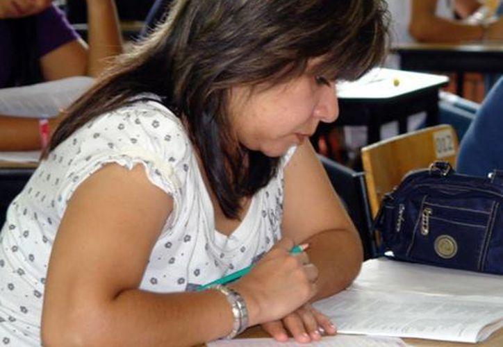 Invitan a profesores que trabajan por contrato a inscribirse al examen de oposición. (SIPSE)
