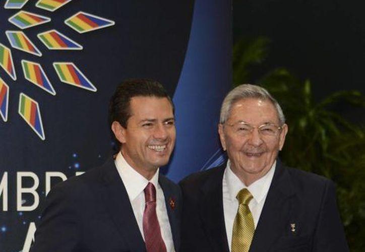 Peña Nieto destacó el potencial de crecimiento económico de Cuba. En la gráfica aparece junto al presidente Raúl Castro. (presidencia.gob.mx)
