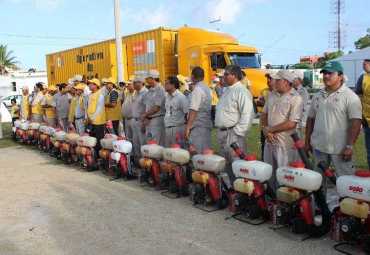 Diariamente se movilizan 500 trabajadores en las acciones de nebulización y control larvario. (Redacción/SIPSE)